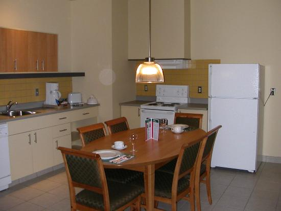 Le Square Phillips Hotel & Suites : Great kitchen to work in