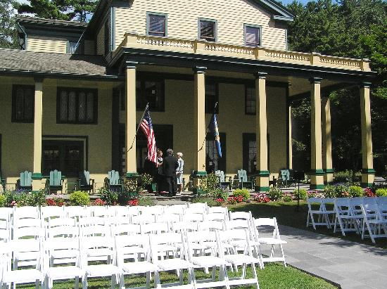 Glen Iris Inn: The front of the inn and the chairs for the ceremony