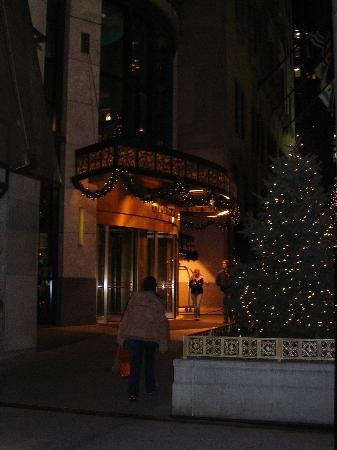 InterContinental Chicago Magnificent Mile: Hotel Entrance at Night