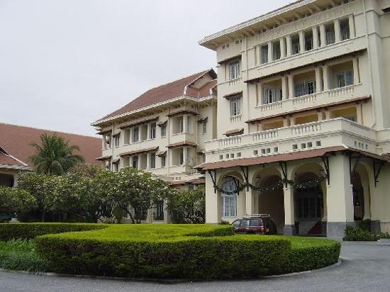 Raffles Hotel Le Royal: Front facade