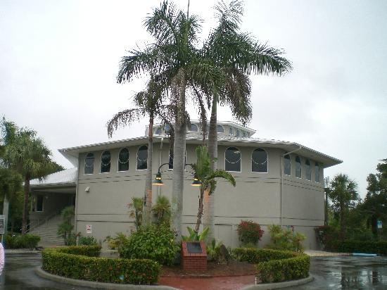 Sanibel Island, FL: Outside of the building