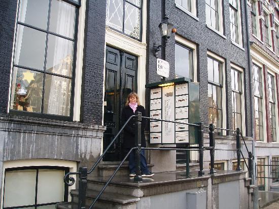 Friendzz B&B Amsterdam: Entrance to Friendzz B&B at 109