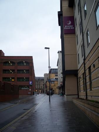 Premier Inn Liverpool City Centre (Moorfields) Hotel: Car park on left, hotel on right