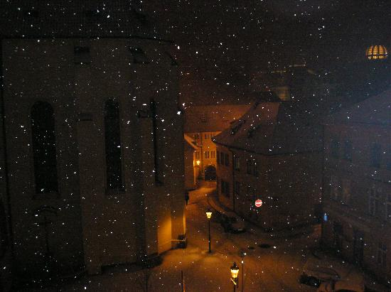 Maximilian Hotel: Night view room 306, it was snowing!