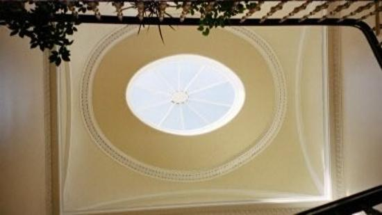 Hanover House Hotel: The view of the glass dome over the stairs
