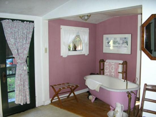 Meadow Creek Ranch Bed and Breakfast Inn: Country Cottage Room bath