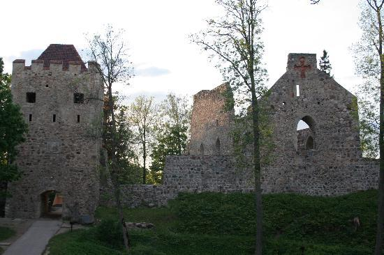 Riga, Letland: Ruins in the countryside