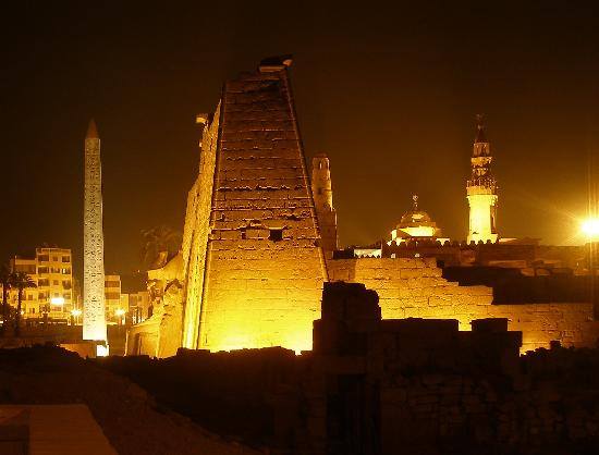 Luksor, Egipt: Luxor Temple at night