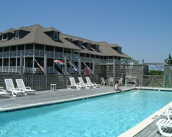 First Colony Inn: Pool with hotel behind