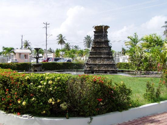 Rovanel's Resort: Fountains out front