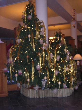 The King Jason: Hotel Christmas decorations