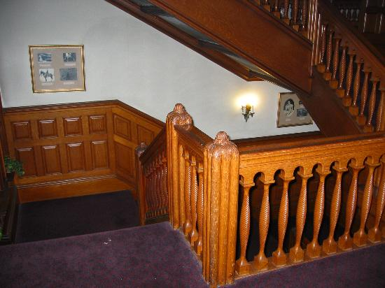 Belhurst Castle: Front staircase