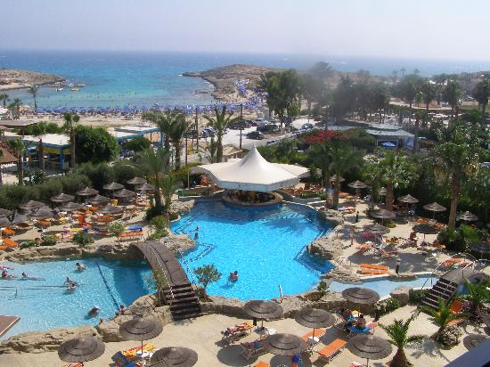 Tasia Maris Beach Hotel: Pool and swim up bar