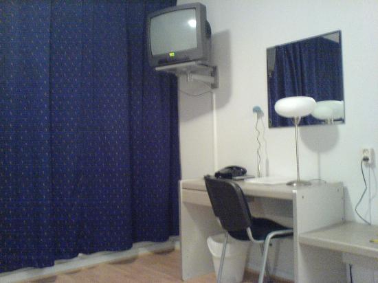 Hotell Sparta: Includes desk, TV, hairdryer, complimentary mineral water.