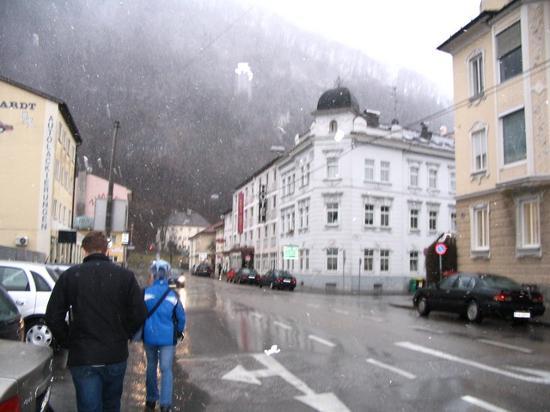Hotel Drei Kreuz: goint to the hotel in the snowing