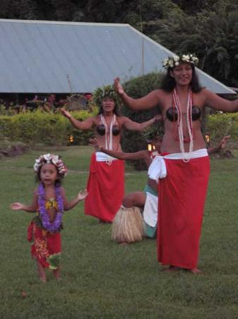 Club Bali Hai Moorea Hotel : wed. Night dance show. The little one stole the show!
