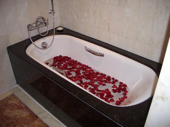 Mandarin Oriental, Singapore: Rose Petals Bath
