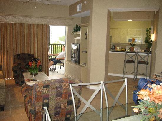 WorldQuest Orlando Resort: Living/DIning/Kitchen