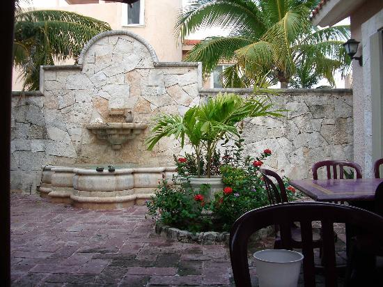 LM Hotel Boutique: Courtyard of La Mision.
