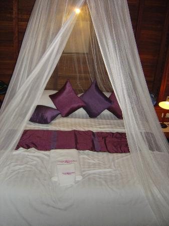 Thipwimarn Resort: Deluxe bed - the holes in dirty mosquito net not really