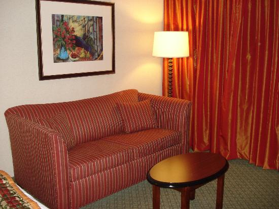 Courtyard by Marriott Atlanta Buckhead: Reading Area in Room