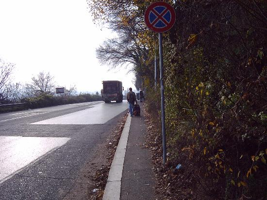 Flaminius Hotel : The highway that you have to cross and walk along