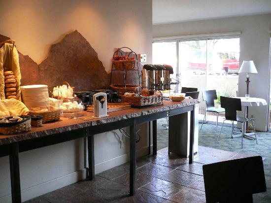 BEST WESTERN PLUS Boulder Inn: breakfast room... also orange juice, cereals, and milk
