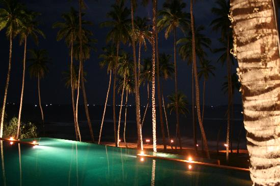 Amanwella: Pool at night