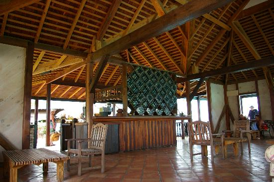 Cocobay Resort: Bar and lounge area