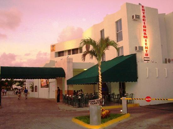 Hotel Parador: Estacionamiento