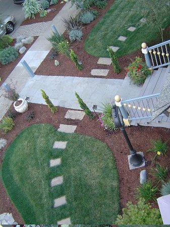 C'est La Vie Inn: The view of the front garden from above