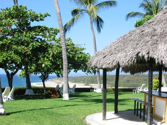 Posada Real Puerto Escondido: Lush hotel grounds