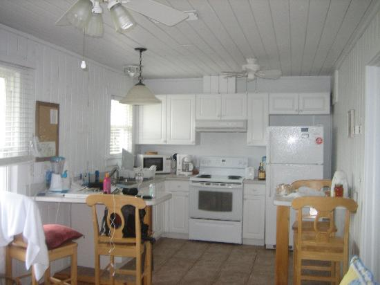 Anna Maria Beach Cottages: Kitchen - immaculate!