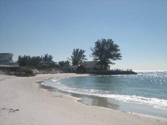 Anna Maria Beach Cottages: Beautiful beach right near the cottages