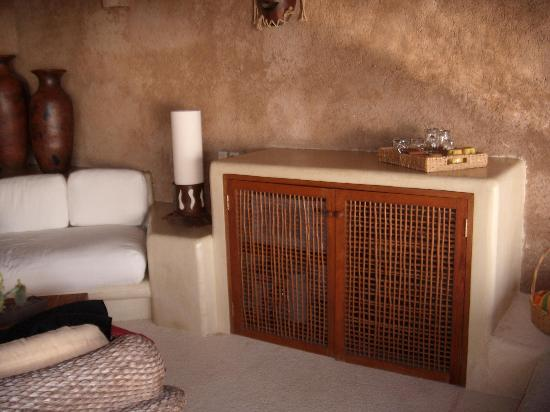 Hotel Cinco Sentidos: Place for microwave, mini-fridge and coffee maker