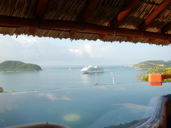 Hotel Cinco Sentidos: View of a cruise from the infinity pool