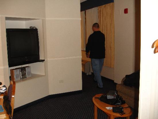 Fairfield Inn & Suites Chicago Downtown/Magnificent Mile: TV/sitting room leads to bedroom