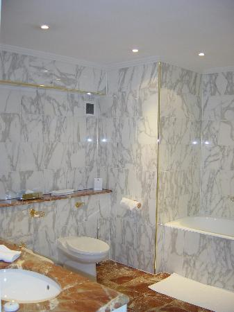 The Ritz London: Bathroom