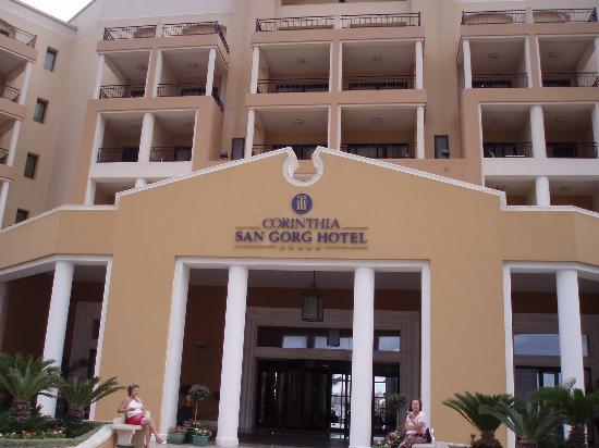 Corinthia Hotel: Front of hotel