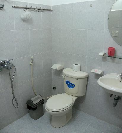 Ai Nghia Hotel: Bathroom