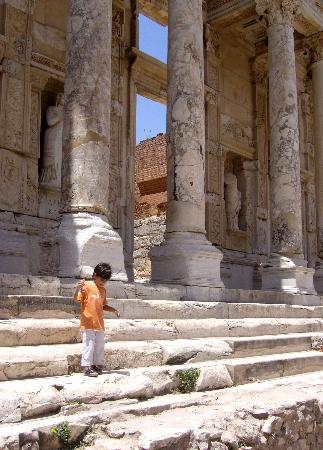 Celsus Kutuphanesi: Library of Celsus - Should I pee on this :)