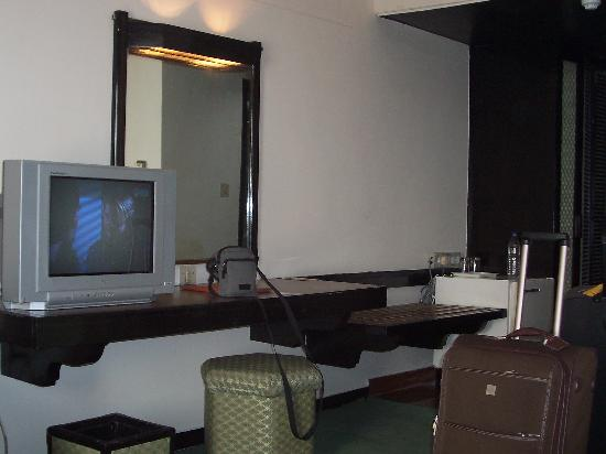 Centaur Hotel, IGI Airport: TV in room