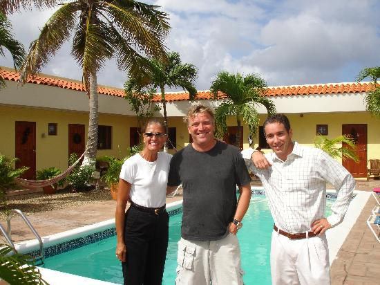 Arubiana Inn: That's Gaston in the middle.