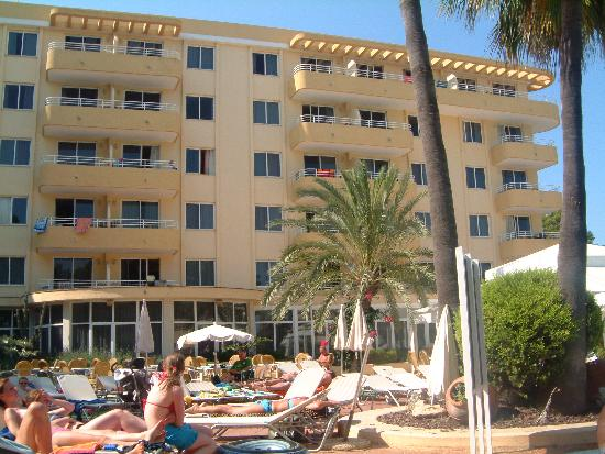 Strand in unmittelbarer Nähe - Picture of Hotel Apartamentos Ivory Playa, Port d'Alcudia ...