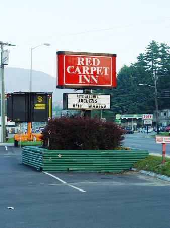 Red Carpet Inn Boone: The entrance on the main thoroughfare