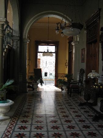 Hotel Posada Toledo & Galería: Entrance to street