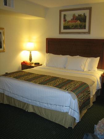 Residence Inn Salinas Monterey: Comfortable bed