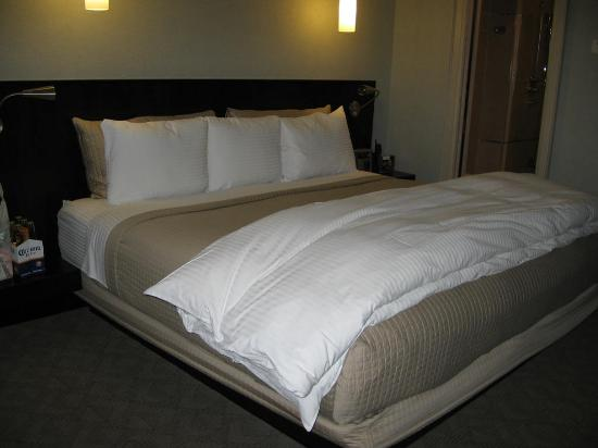 Shaw Club Hotel: King Size Bed