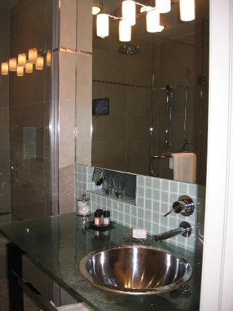 Shaw Club Hotel: Our Bathroom