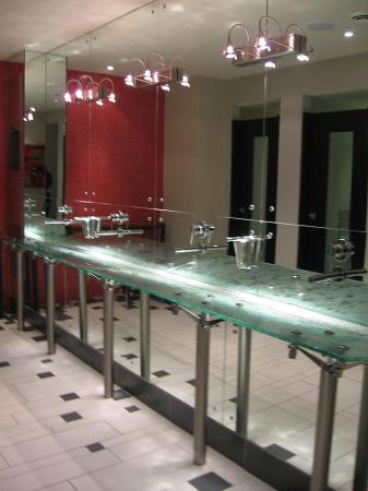 Shaw Club Hotel: Main Bathroom Area